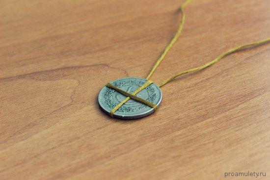 ordynskij-amulet-na-derevjannom-stole