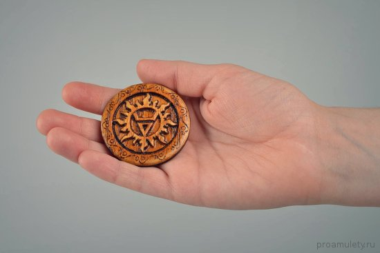 amulet-velesa-vypolnennyj-iz-duba