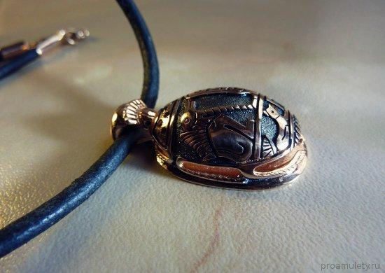 amulet-zhuk-skarabej-v-vide-zolotogo-kulona