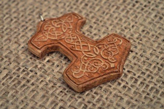 amulet-molot-tora-izgotovlennyj-iz-drevesiny-duba