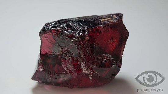 granat-kamen-svojstva-venis-karbunkul-chervec-pirop