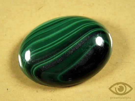 zeljonyj-agat-kamen-kaboshon-svojstva