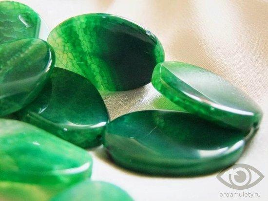 zeljonyj-agat-zhenskij-kamen-svojstva