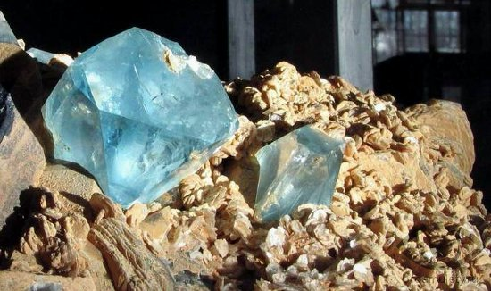 fljuorit-kamen-svojstva-znak-zodiaka-sankt-peterburg-muzej-institut