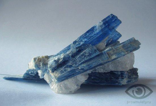 neobrabotannyj-kianit-kamen-svojstva-kristall