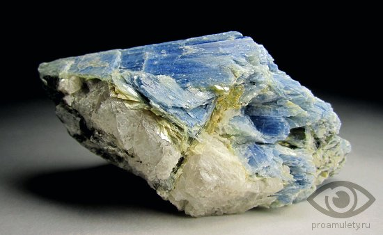 kianit-kamen-svojstva-znak-zodiaka-kozerog