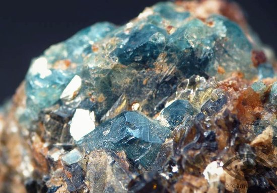 halcedon-kamen-svojstva-sapfirin-neobrabotannyj-kristall