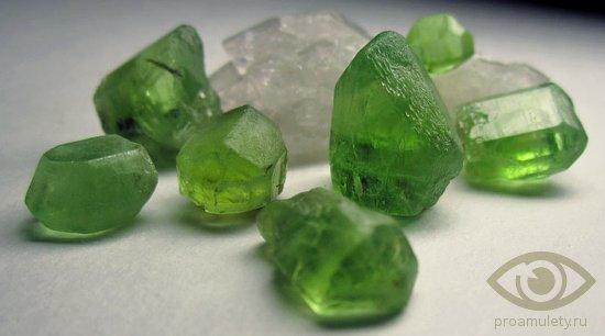 hrizolit-kamen-svojstva-kristally-nasyshhennost-cveta