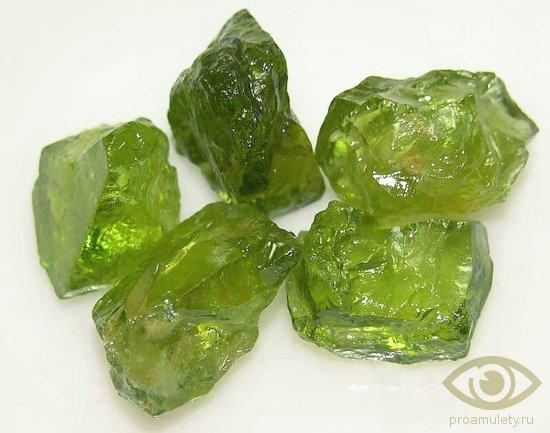 hrizolit-kamen-lechebnye-svojstva-kristall-litoterapija