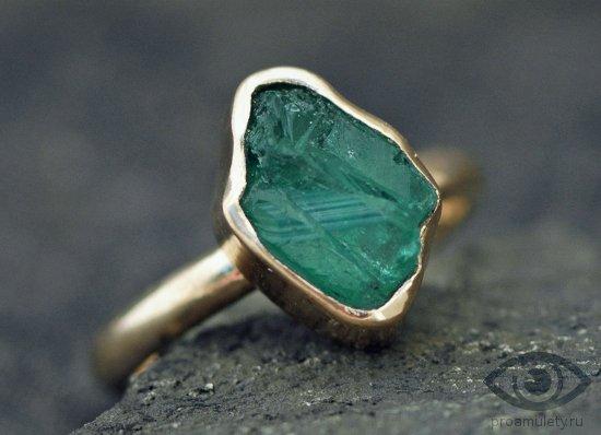izumrud-kamen-svojstva-zolotoe-kolco-persten