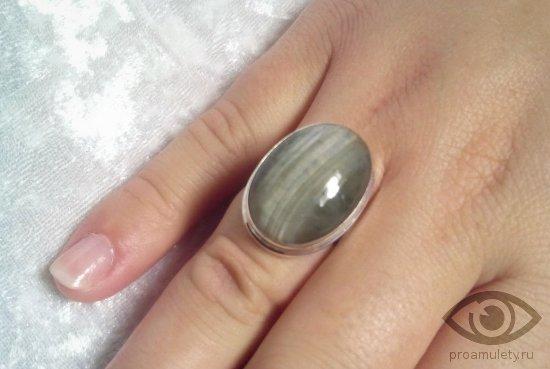 koshachij-glaz-kamen-magicheskie-svojstva-persten-ruka