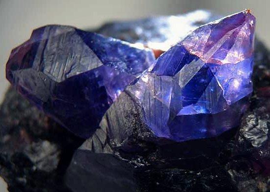 sapfir-kamen-svojstva-znaki-zodiaka-kozerog-kristall