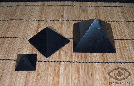 shungit-naturalnye-kamni-talismany-piramidka-cinovka