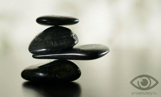shungit-naturalnye-kamni-talismany-znaki-zodiaka