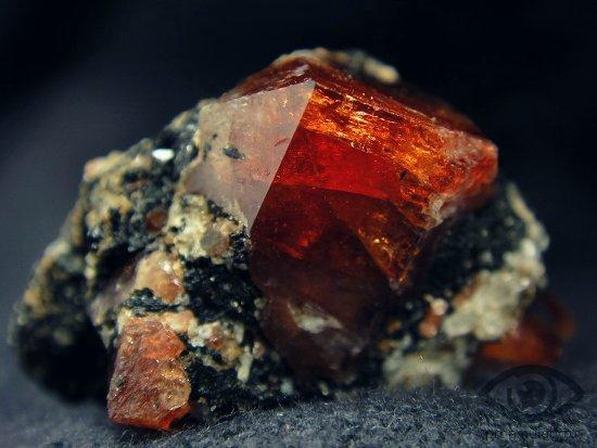 cirkonij-kamen-magicheskie-svojstva-kristall-obereg-peteshestvennikov