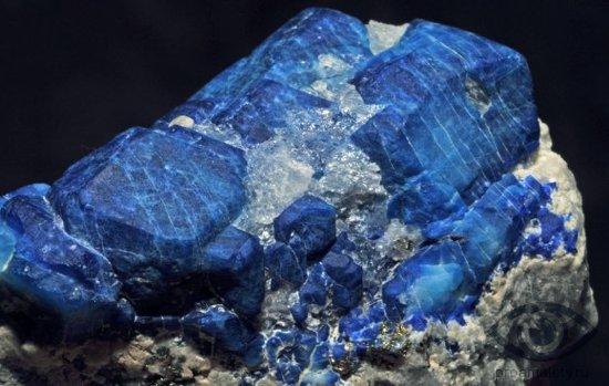sodalit-kamen-svojstva-alomit-kristall