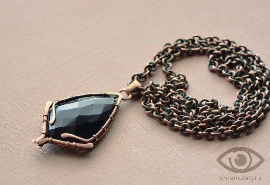 chernyj-oniks-kamen-magicheskie-svojstva-mednyj-kulon