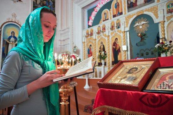 beremennaja-devushka-v-cerkvi