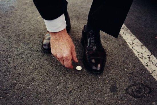 najti-na-ulice-monetku-muzhchina-v-botinkah