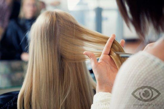 devushka-strizhjot-volosy-blondinka