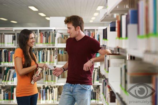 biblioteka-devushka-molodoj-chelovek-razgovor-znakomstvo