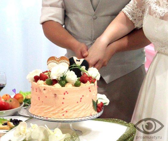 molodozhjony-rezhut-svadebnyj-tort