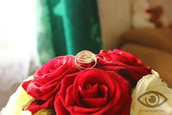 obruchalnye-kolca-na-svadebnom-bukete-iz-roz
