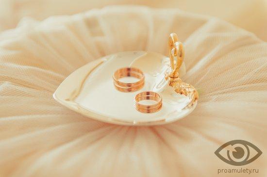 zolotye-obruchalnye-kolca-na-svadebnom-podnose