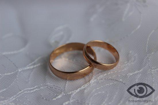 obruchalnye-kolca-svadebnoe-kruzhevo-plate-zoloto