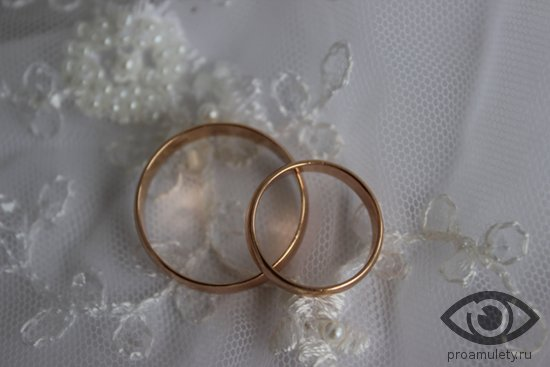 zolotye-obruchalnye-kolca-na-belom-svadebnom-kruzheve