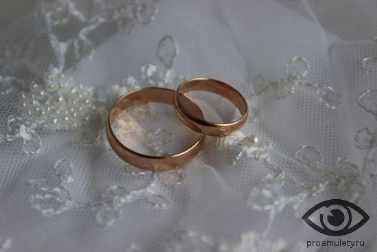 obruchalnye-kolca-na-belom-svadebnom-kruzheve