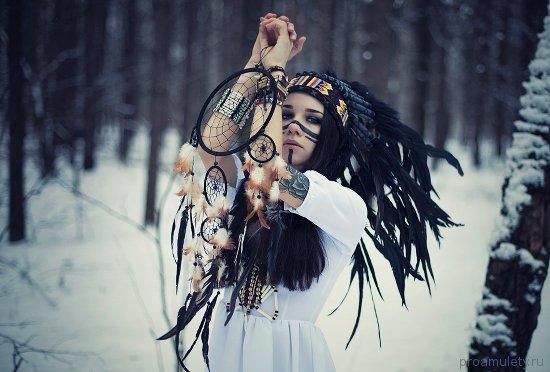 devushka-amulet-lovec-snov