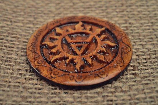 dubovyj-amulet-s-izobrazheniem-simvola-velesa-zakljuchjonnym-v-solnechnyj-krug