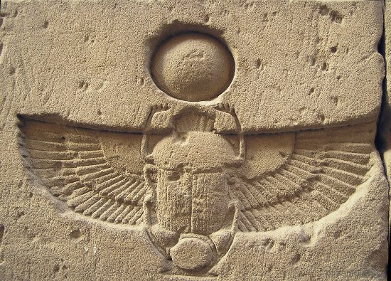 relef-s-izobrazheniem-zhuka-skarabeja-v-drevnem-egipte