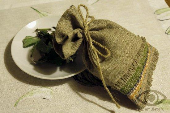 obereg-v-mashinu-svoimi-rukami-zelenyj-meshochek-travy-sashe