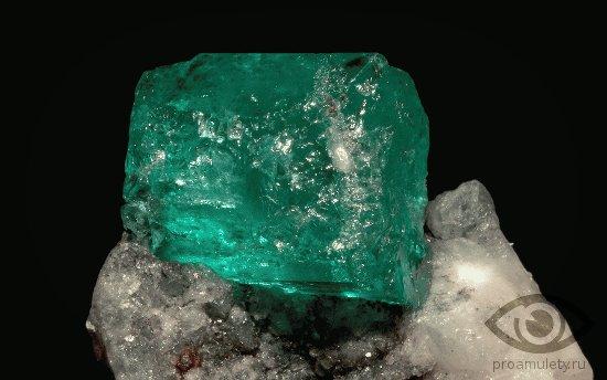 zeljonyj-berill-kamen-svojstva-neobrabotannyj-kristall