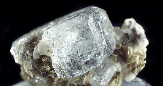 berill-kamen-svojstva-goshenit-kristall