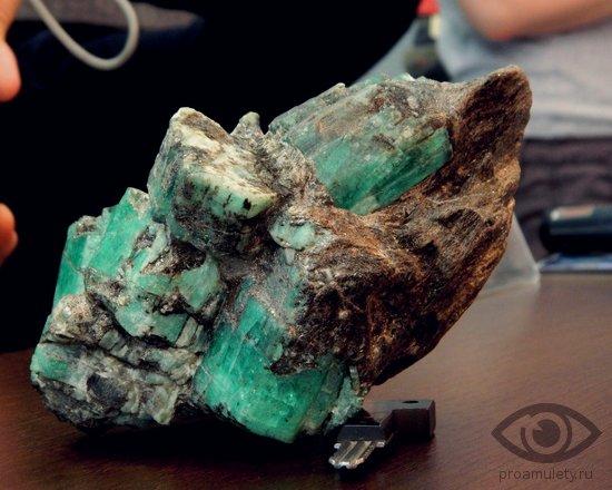 izumrud-kamen-svojstva-kristall-neobrabotannyj