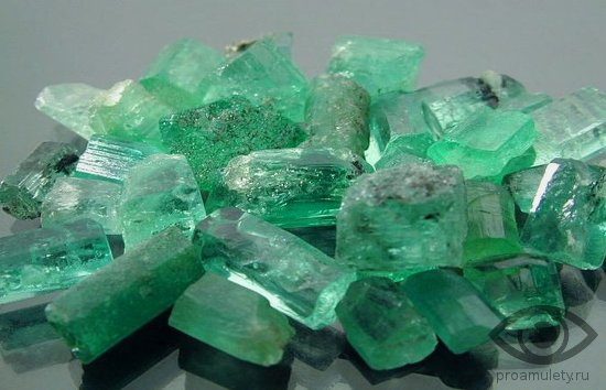 izumrud-kamen-svojstva-rossyp-kristally