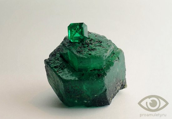 izumrud-kamen-svojstva-litoterapija-davlenie