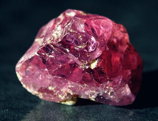rubin-kamen-strasti-svojstva-kristall