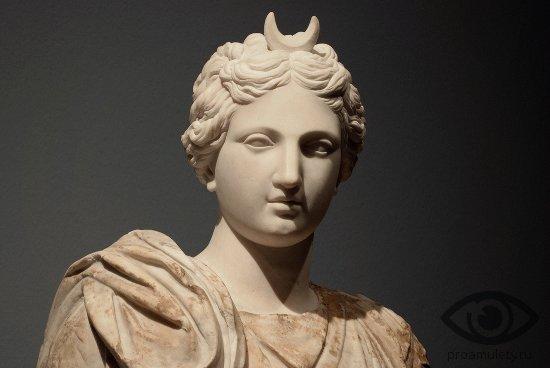 selenit-kamen-svojstva-selena-boginja-luna-statuja
