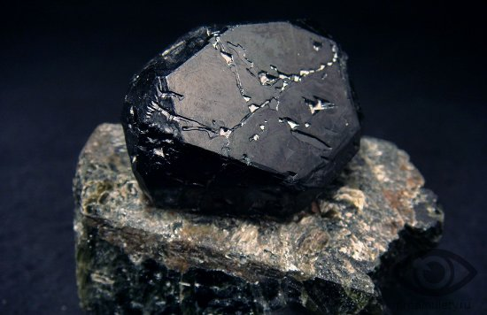 chjornaja-shpinel-kamen-svojstva-kristall-krovotechenie