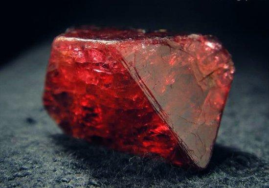krasnaja-shpinel-kamen-svojstva-kristall