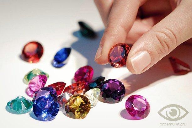 cirkonij-kamen-svojstva-raznovidnosti-vidy-ruka