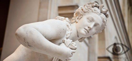 chernyj-oniks-kamen-svojstva-afrodita-statuja
