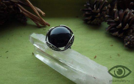 chernyj-oniks-kamen-magicheskie-svojstva-serebrjanoe-kolco-persten