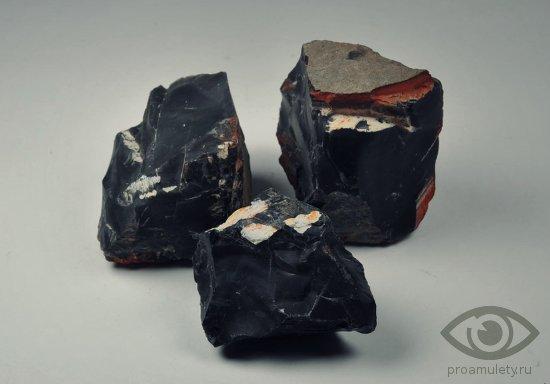 chjornyj-oniks-kamen-svojstva-obereg-porcha-sglaz