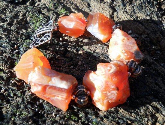 sardoniks-kamen-svojstva-znak-zodiaka-deva-lev-serebrjanyj-braslet