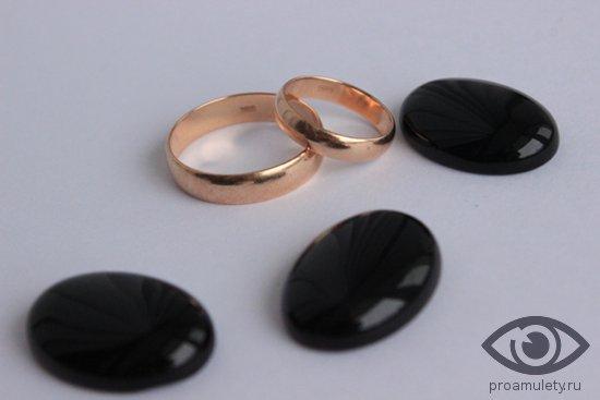 zolotye-obruchalnye-kolca-kamni-kaboshon-chjornogo-oniksa